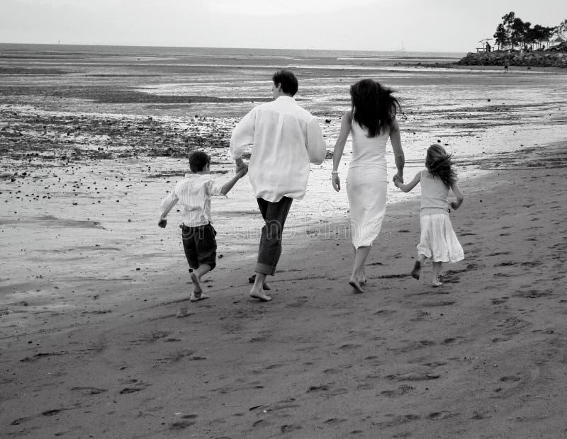 strandfamilj royaltyfria bilder