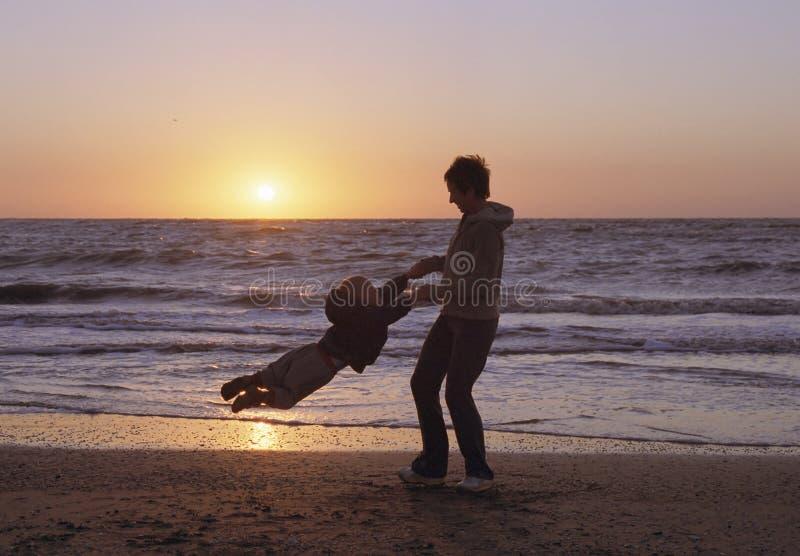 strandfamilj arkivfoto