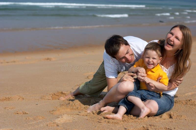 strandfamiljgyckel fotografering för bildbyråer
