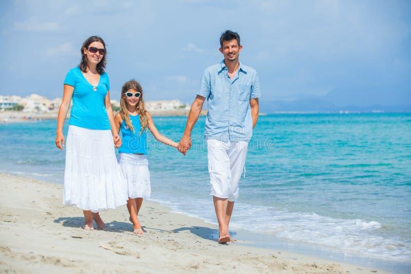strandfamiljgyckel som har tropiskt royaltyfria foton