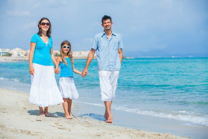strandfamiljgyckel som har tropiskt royaltyfri fotografi