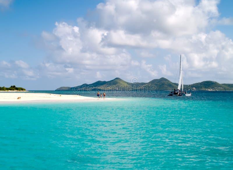 strandfamiljsegelbåt arkivfoton