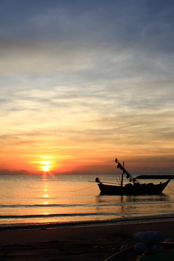 strandfartyg som fiskar en silhouette arkivbilder