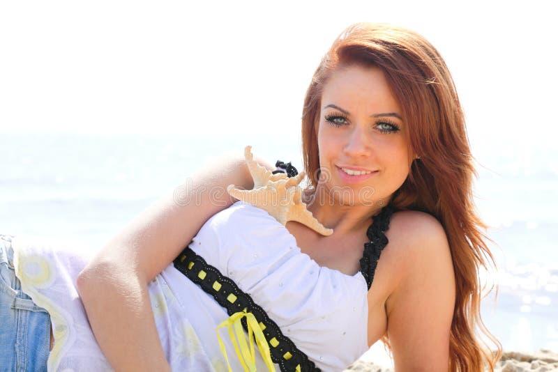 Strandferiekvinna som tycker om sommarsolsand som ser lycklig royaltyfria bilder