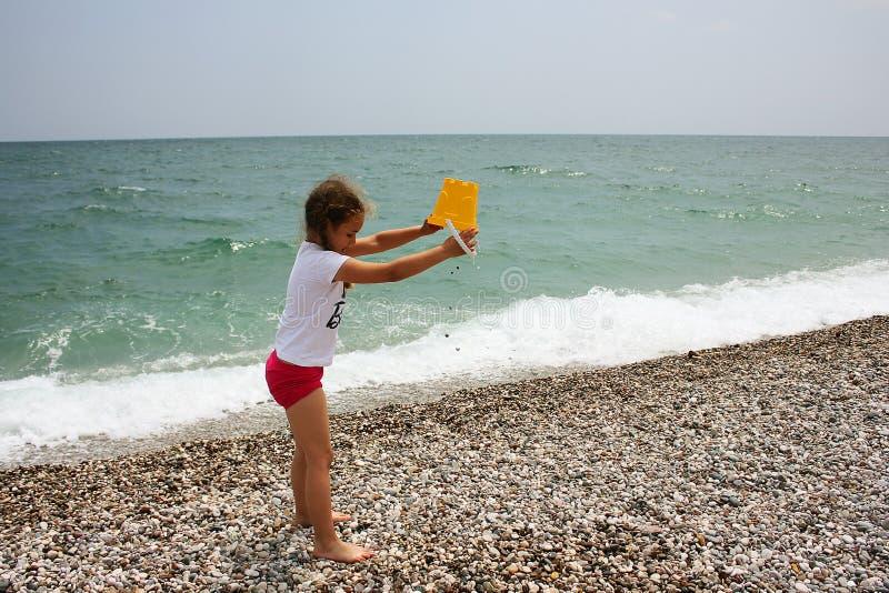 strandflicka little som leker arkivfoton