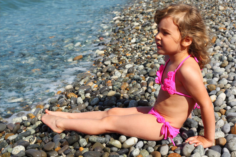 strandflickan little sitter royaltyfria foton