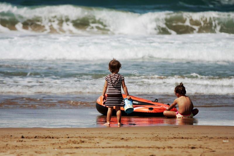 strandflickor little som leker royaltyfri fotografi
