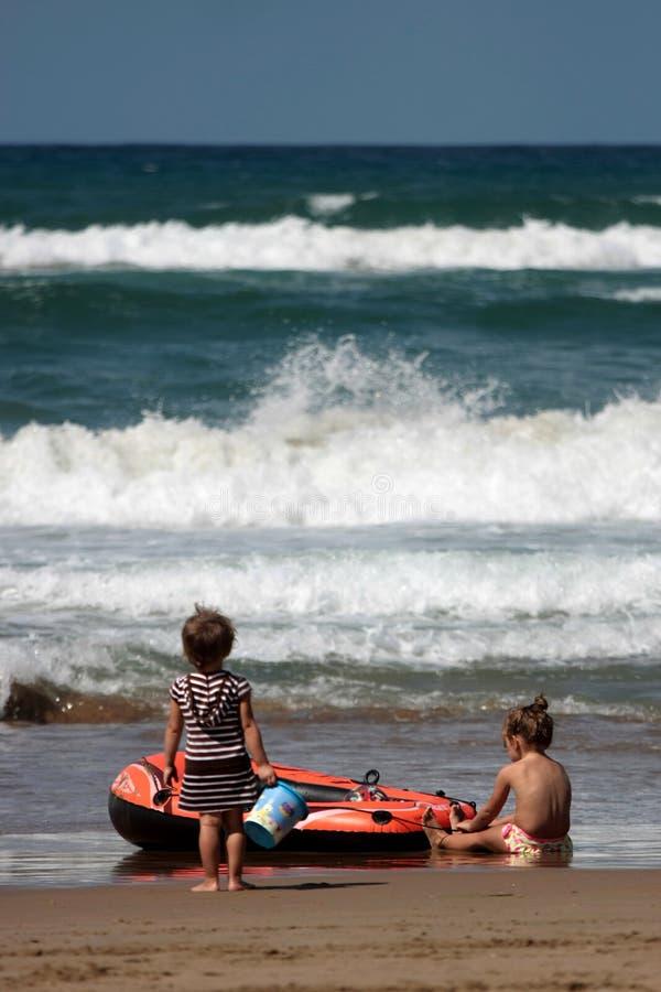 strandflickor little som leker royaltyfria foton