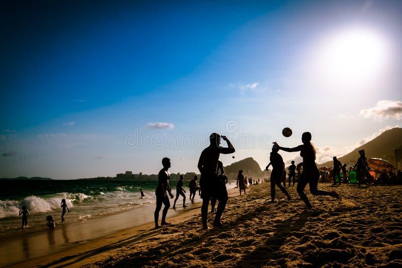 Strandfotboll vid solnedgång royaltyfri foto