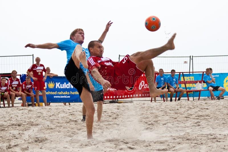 Strandfußball-Fahrradstoß stockfotos