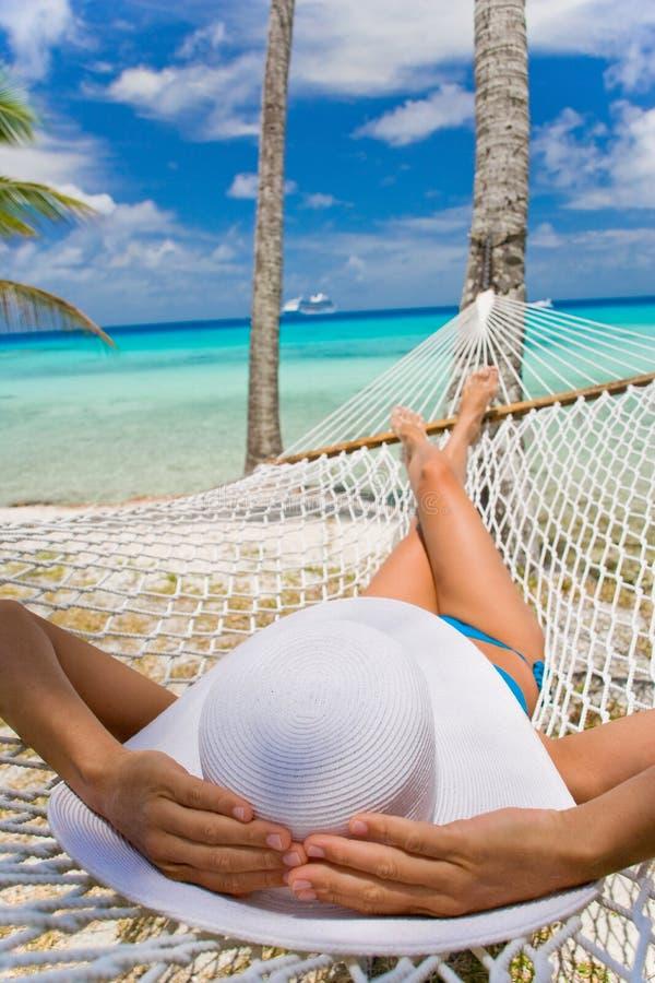 strandhängmattakvinna fotografering för bildbyråer