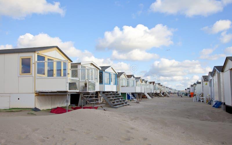 Strandhäuser auf Strand in Folge lizenzfreie stockfotografie