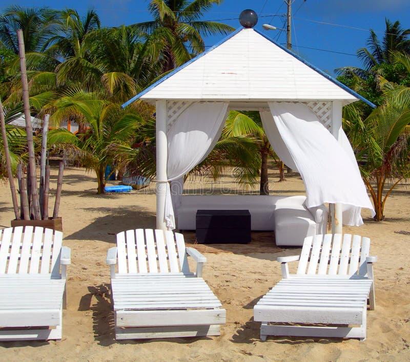 Strandhütte mit Tagesbett stockfotos