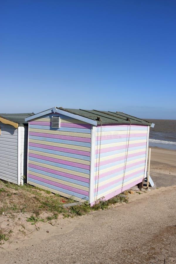 Strandhütte und -ansicht zum Meer lizenzfreie stockfotos