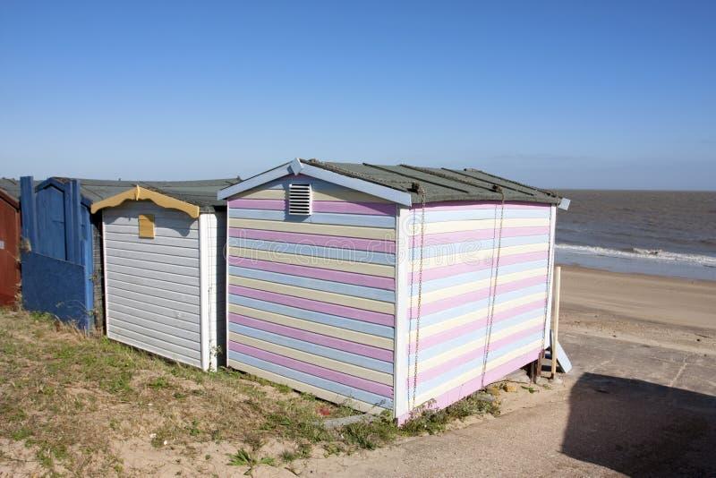 Strandhütte und -ansicht zum Meer stockfotografie