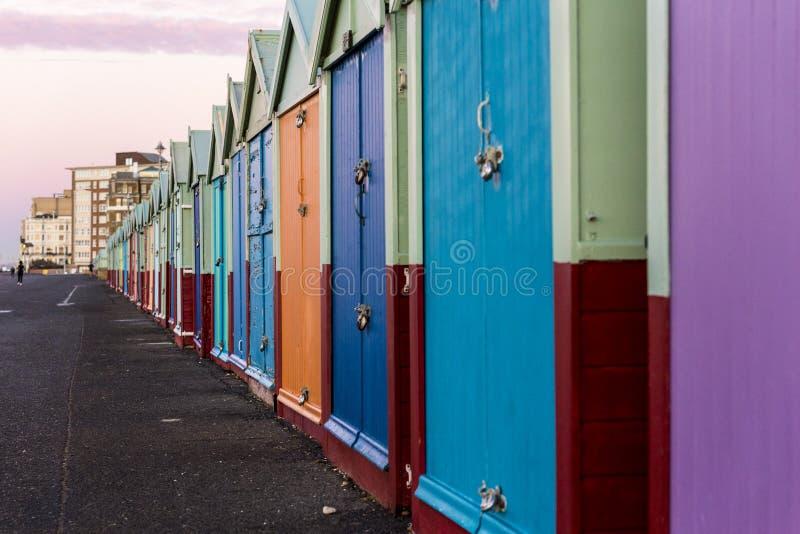 Strandhütten-Strandhaus Brightons buntes entlang der Küste von Brighton Pier stockbild