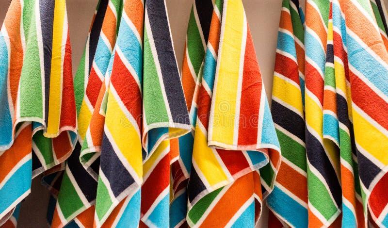 Strandhanddoeken op een Rek royalty-vrije stock afbeeldingen