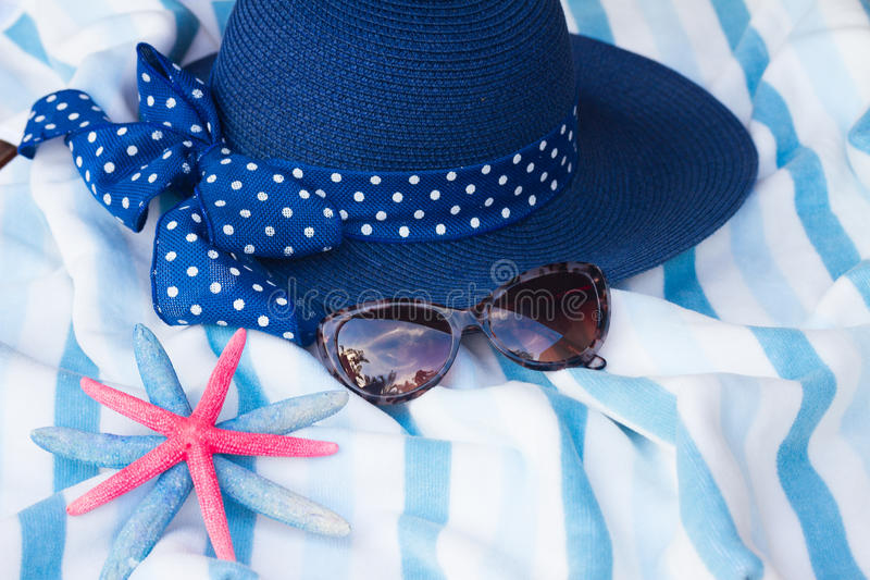 Strandhandduk och hatt arkivfoto