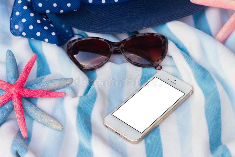 Strandhandduk och snäckskalram arkivfoto