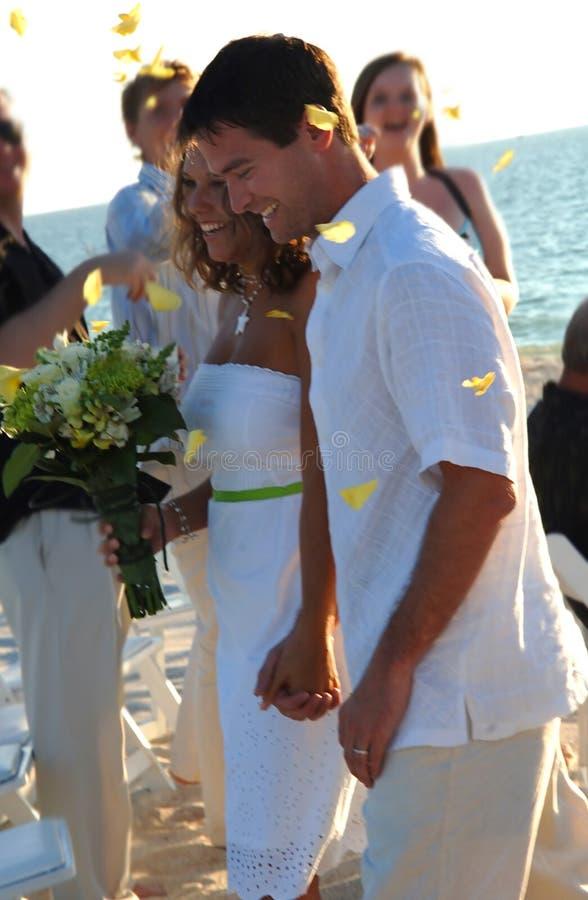 Strandhochzeitspaare gerade geheiratet lizenzfreies stockbild