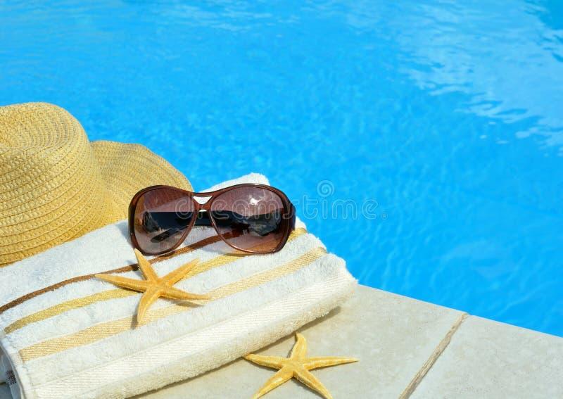Strandhoed, zonnebril, badhanddoek, zeester royalty-vrije stock fotografie