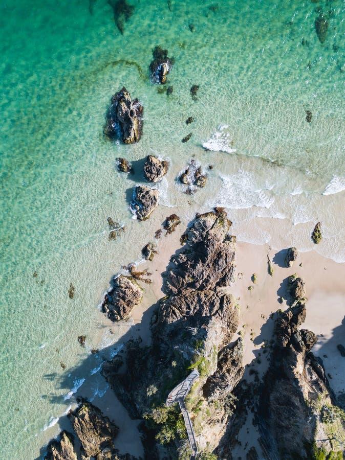 Strandhommel met aquagolven en klippen die wordt geschoten royalty-vrije stock afbeelding