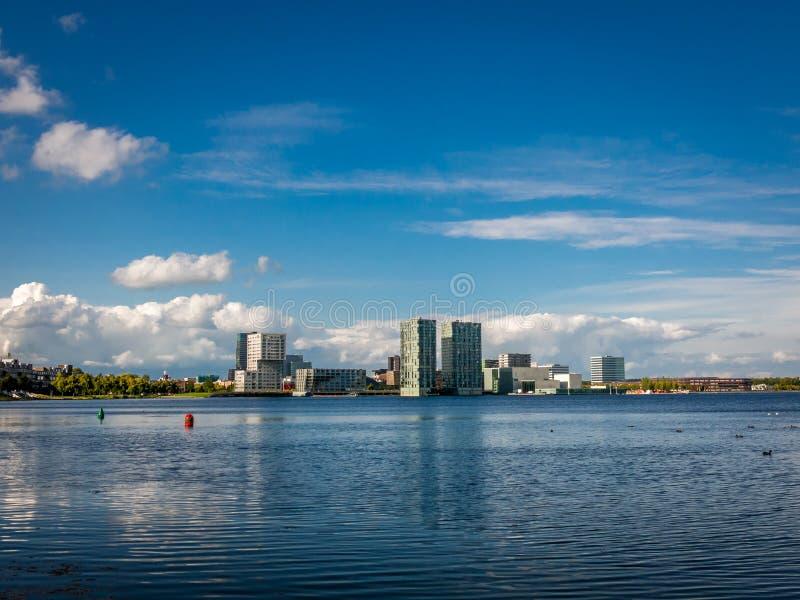 StrandhorisontAlmere-stad från Weerwater, Nederländerna royaltyfri fotografi
