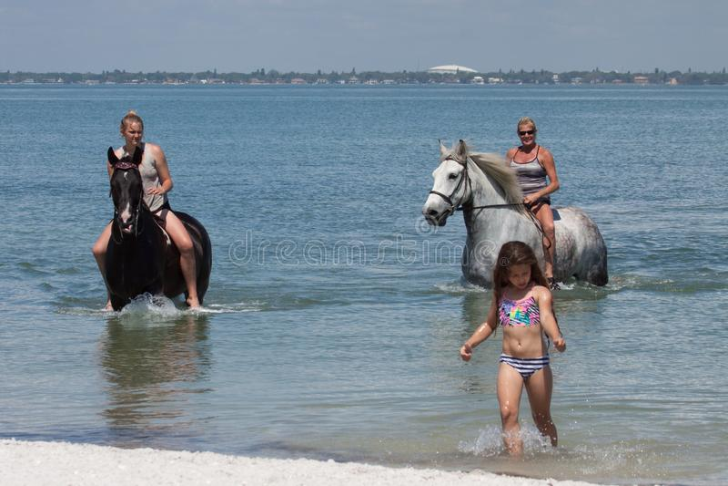 Strandhorseback Ruiters met Meisje royalty-vrije stock foto
