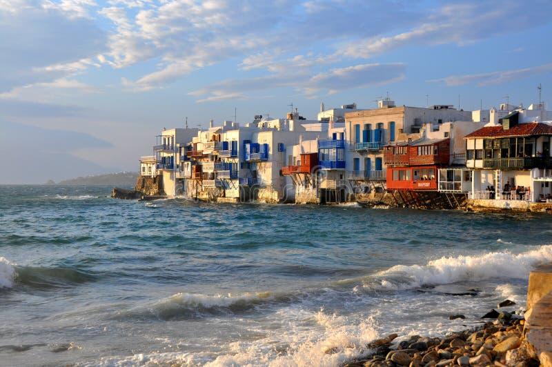 Strandhus på berömda Mykonos sätter på land, Grekland fotografering för bildbyråer
