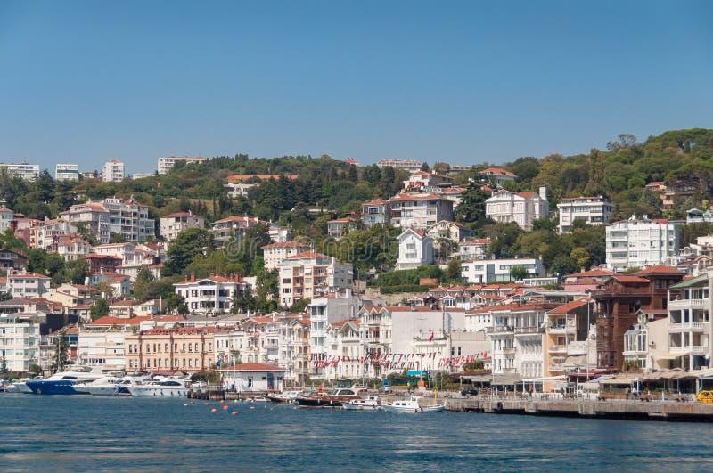Strandhus på en kulle Bostads- egenskap i Istanbul arkivfoto