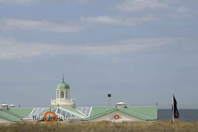 Strandhus på stranden royaltyfri bild