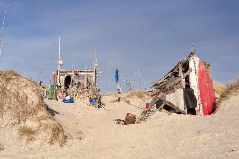Strandhut van Wrakstukken wordt gemaakt die stock foto