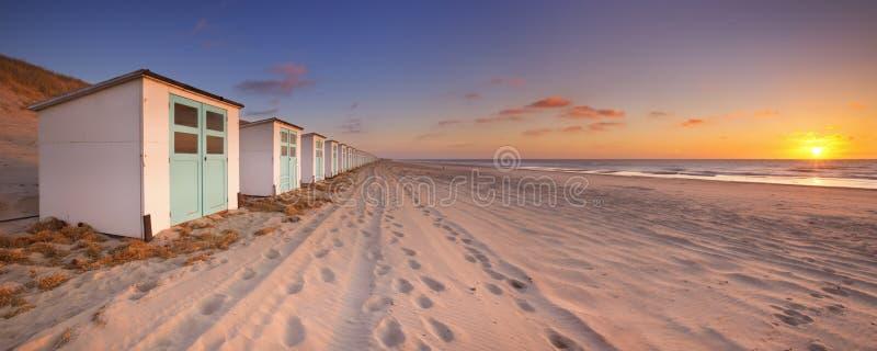 Strandhutten bij zonsondergang, Texel-eiland, Nederland stock afbeelding