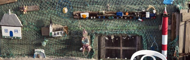 Strandhutten en andere Voorwerpen uit Wrakstukken en Jetsam stock afbeeldingen