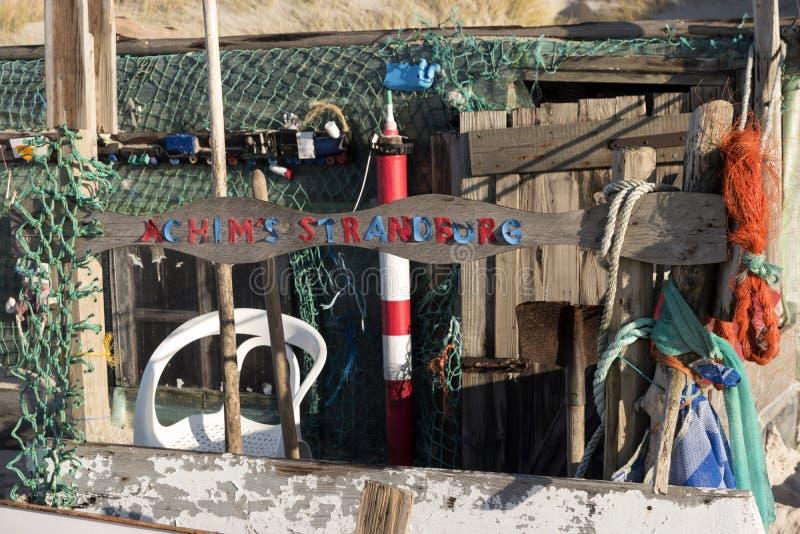 Strandhutten en andere Voorwerpen uit Wrakstukken en Jetsam stock fotografie