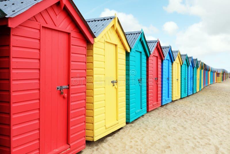 Strandhutten of het baden dozen op het strand stock afbeeldingen