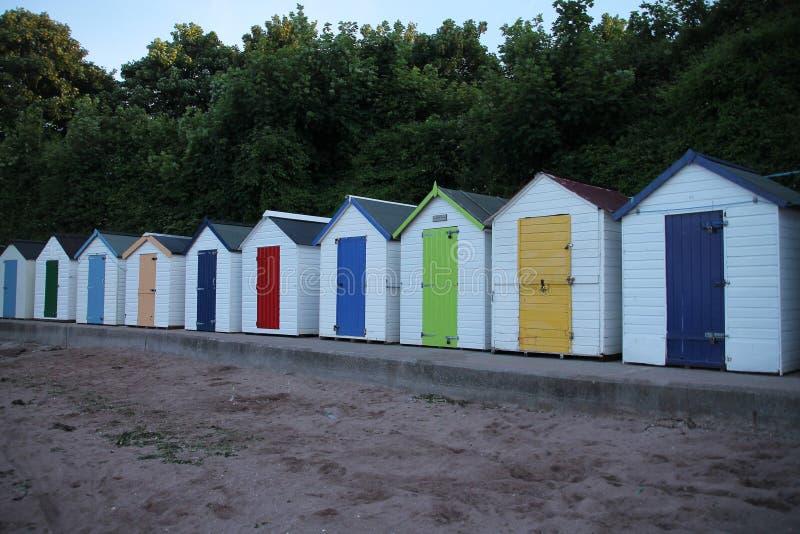 Strandhutten in verschillende kleuren in de stad Torquay stock afbeelding
