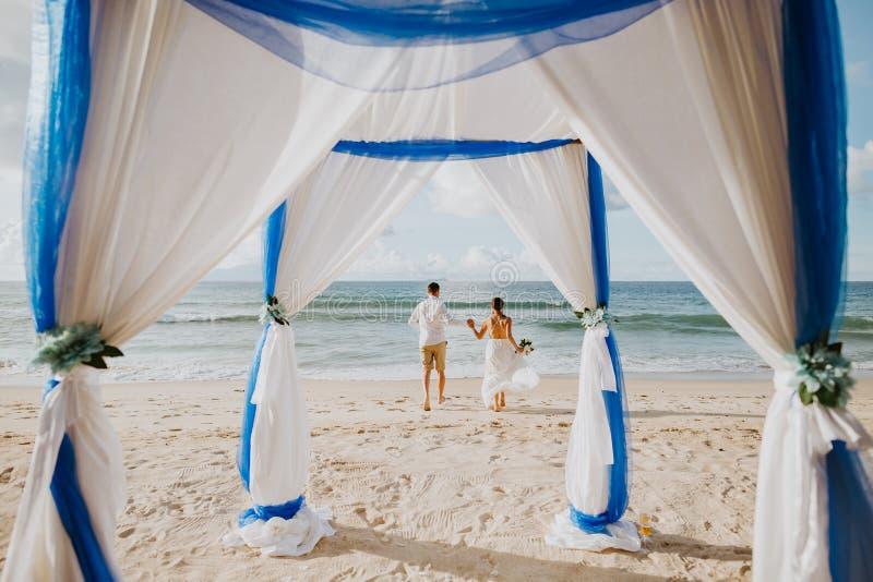 Strandhuwelijk in keerkringen royalty-vrije stock afbeelding