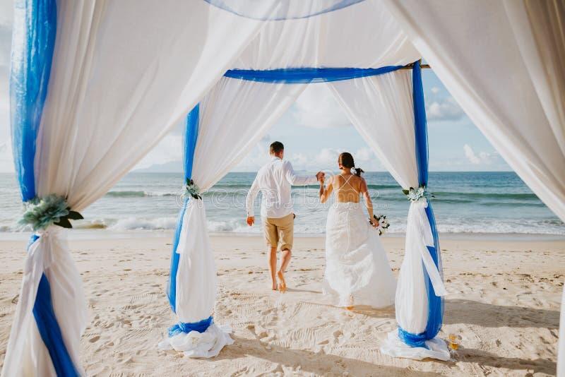 Strandhuwelijk in keerkringen royalty-vrije stock foto's
