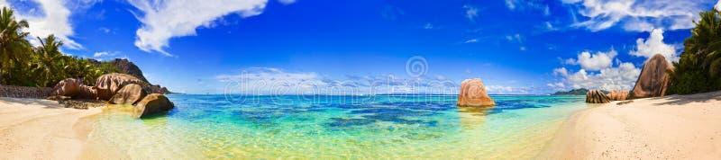 Strandkälla som är d'Argent på Seychellerna arkivbilder