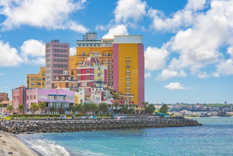 Strandküste gezeichnet mit Palmen der Verzerrungs-Küsten-, Eichenmode, der Depot-Insel-Küstengebäude und des Schiff-Hotels Campan lizenzfreies stockfoto