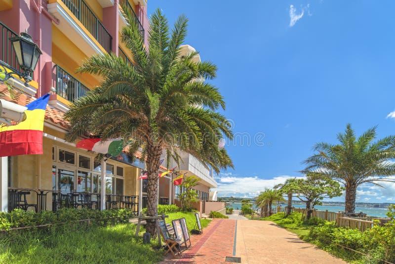 Strandküste gezeichnet mit Palmen der Verzerrungs-Küsten-, Eichenmode, der Depot-Insel-Küstengebäude und des Schiff-Hotels Campan lizenzfreie stockfotografie