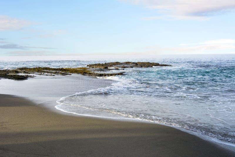 Strandküstenlinie mit leichter Brandung lizenzfreie stockbilder