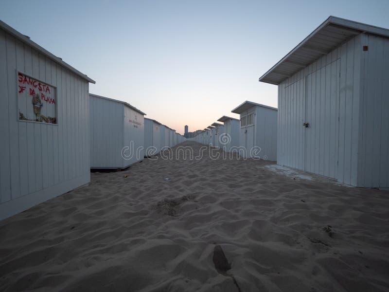 Strandkabinen einige von, welchen auf dem Strand von Ostende etikettiert werden, früh morgens stockfoto