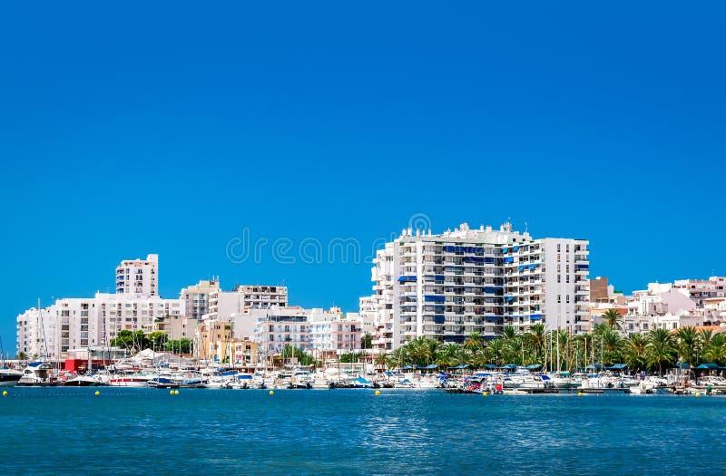 Strandkantsikt till den San Antonio de Portmany hamnen arkivbilder