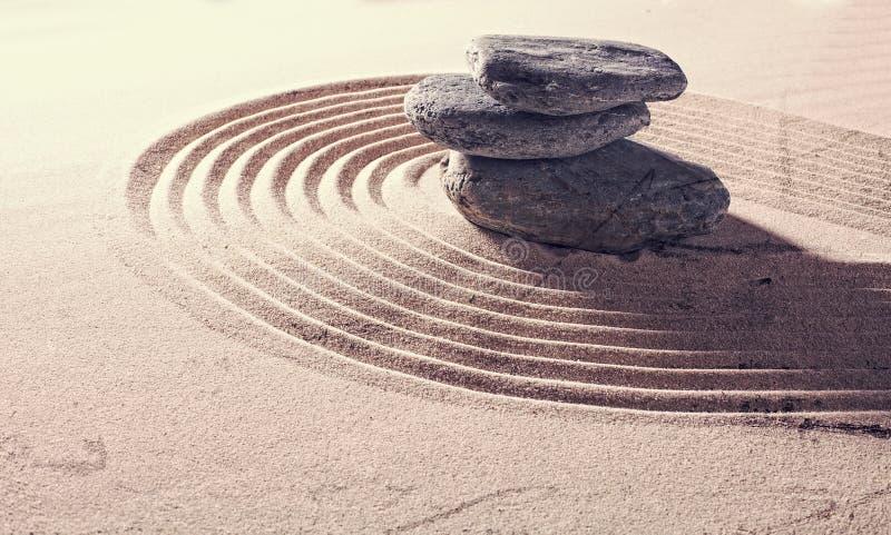 Strandkiselstenar ställde in på avslappnande sand för serenitet arkivfoto