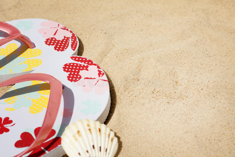Strandkläder på bakgrund för havsferiesemester arkivbilder