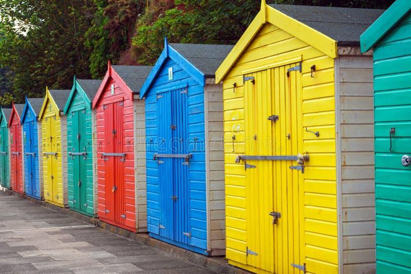Strandkojor eller den f?rgrika badningen boxas p? stranden royaltyfri foto