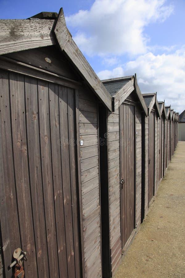 Strandkojor i Charmouth arkivbild