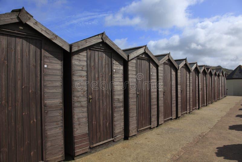 Strandkojor i Charmouth arkivbilder